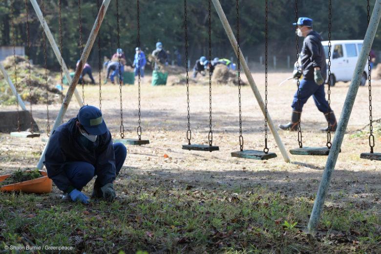 Des zones censées être décontaminées sont encore fortement radioactives, dont des écoles, dans les environs de Fukushima. © Shaun Burnie / Greenpeace